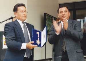Professor Toro receives the key of the City of Carahue from the mayor, Mr. Figueroa.